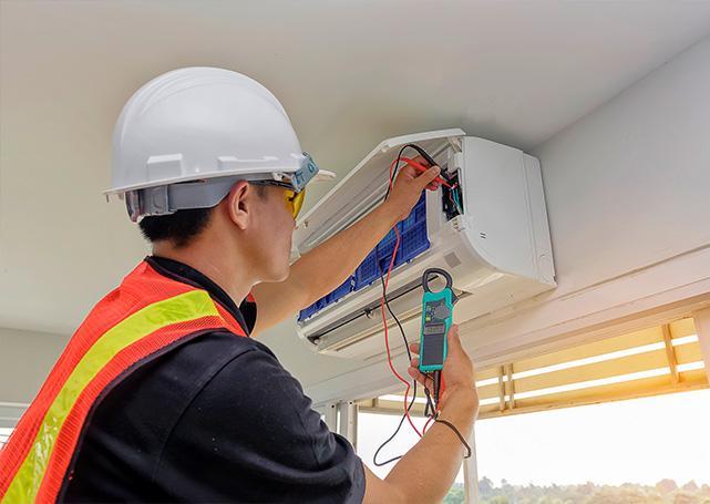 Technik montujący klimatyzator